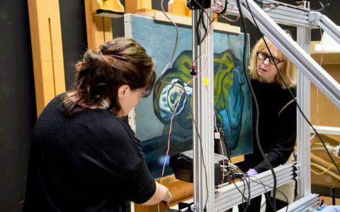 Investigadores de la Galería de Arte de Ontario (Canadá) analizan con rayos X los cuadros de Picasso.