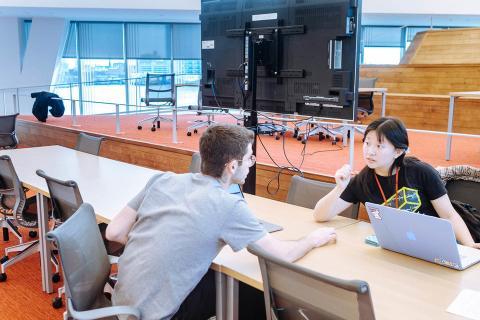 Dos estudiantes discuten una idea de producto