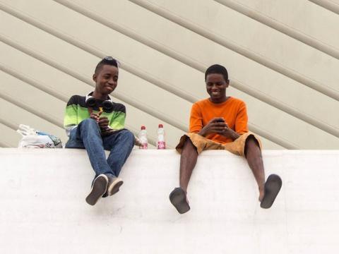 Dos niños utilizan el móvil