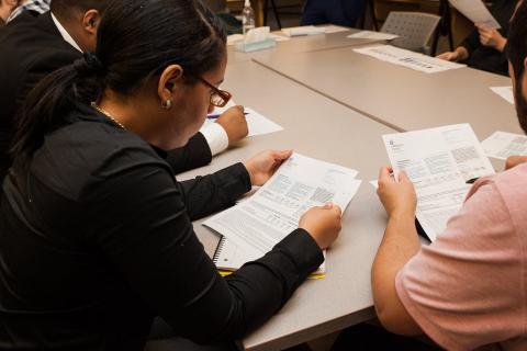 Estudiantes en el centro joven del Bronx aprenden sobre finanzas y aumentar su fortuna.