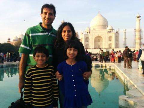 El ex trabajador de Google, Vijay Koduri (situado a la izquierda) junto a su familia en un viaje reciente a la India.
