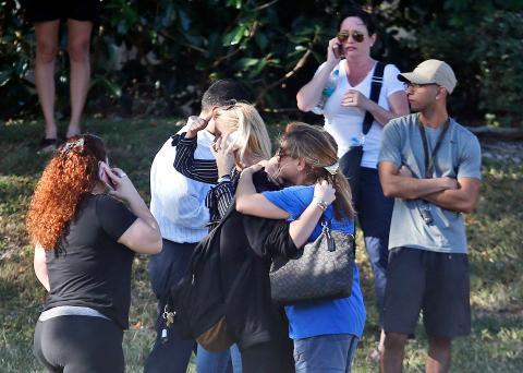 Los familiares de los estudiantes esperan noticias el 14 de febrero de 2018 en Parkland, Florida.