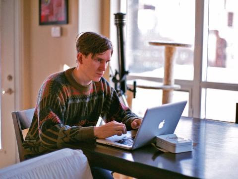 Hombre trabaja con un portátil