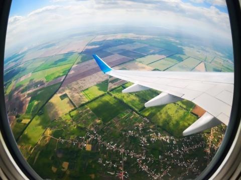 Imagen del ala de un avion en pleno vuelo desde el cielo