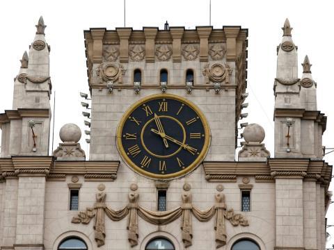 Torre del reloj en la puerta de la ciudad de Minsk.