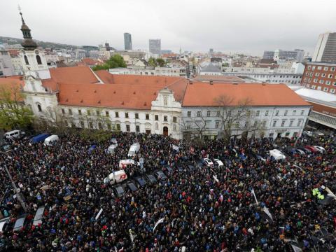 Imagen de una manifestación contra la corrupción en la que los ciudadanos exigieron la renuncia del Ministro del Interior y del jefe de policía en Bratislava (Eslovaquia) en abril de 2017.