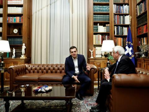 El primer ministro griego, Alexis Tsipras, reunido junto al presidente Prokopis Pavlopoulos en Atenas el pasado enero de 2018.