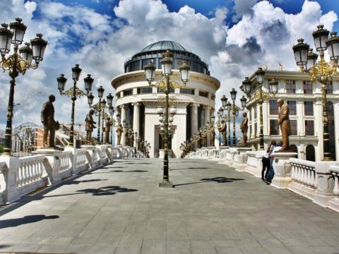El puente Skopje Eye en Macedonia.
