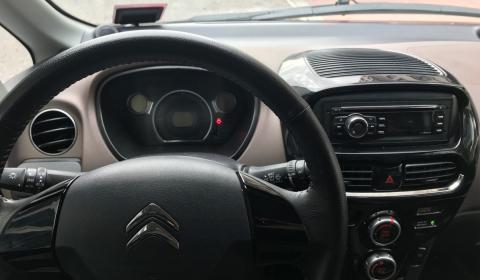 Sencillo y fácil de usar, un poco anticuado, pero cuando estás en un coche compartido mejor no entretenerse con los detalles o pagarás más.