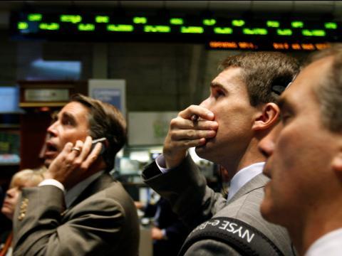 Inversores preocupados en la bolsa de Wall Street