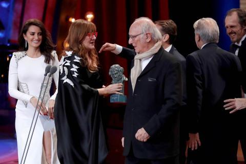 Isabel Coixet recoge el Goya a Mejor Película por 'La librería' de manos de Penélope Cruz e Isabel Coixet.