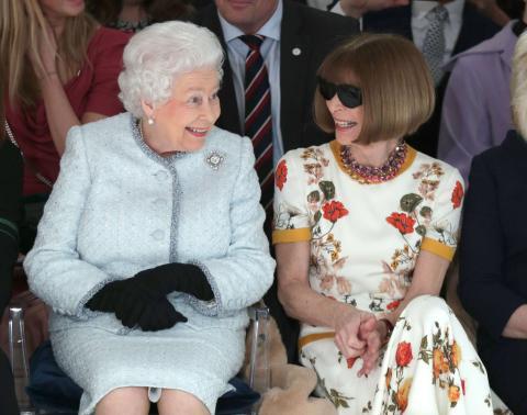 Isabel II y Anna Wintour en la primera fila del desfile de Richard Quinn