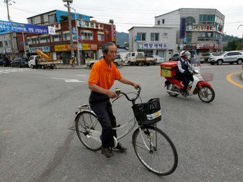 Un ciudadano en bicicleta por las calles de Pyeongchang