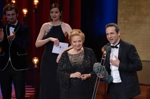 Julita Salmerón y su hijo, el director Gustavo Salmerón, reciben el Goya al Mejor documental por 'Muchos hijos un mono y un castillo'.