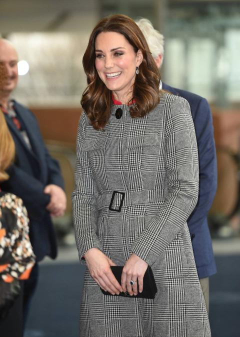 Kate Middleton combina su estilismo con el bolso de mano.
