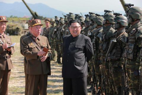 Kim Jong Un pasa revista al ejército de Corea del Norte.