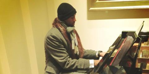 Kobe Bryant tocando el piano