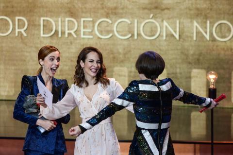 Leticia Dolera y Paula Ortiz entregan el Goya a Mejor direccion novel a Carla Simón por 'Verano 1993'.
