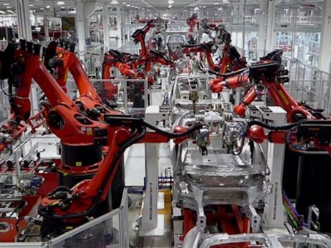 Maquinas robots fabrican productos en una cadena de produccion