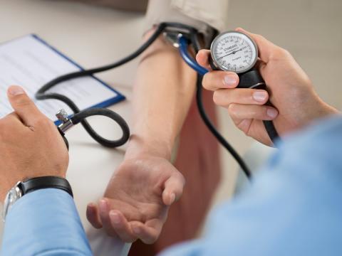 Médico midiendo presión arterial