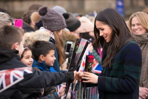 Meghan Markle recibe regalos por parte de sus admiradores frente al Castillo de Edimburgo.
