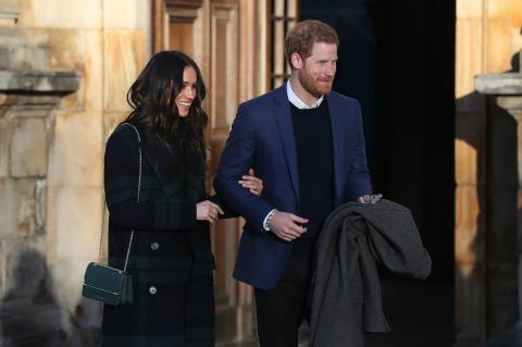 Meghan Markle acompaña a su prometido, el príncipe Harry, en compañía de uno de sus múltiples bolsos de mano en su visita al Castillo de Edimburgo.