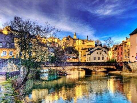 Imagen de noche de la ciudad de Luxemburgo.