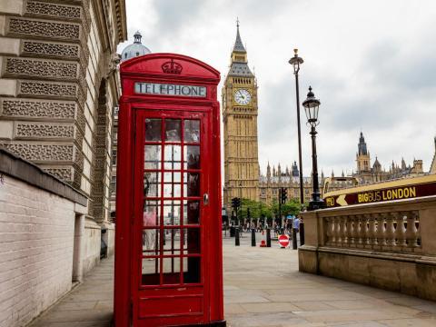 Una cabina telefónica tradicional en Londres (Reino Unido)