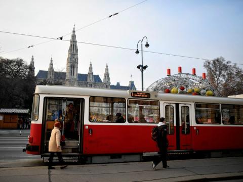 Pasajeros suben a un tranvía en Viena, la capital de Austria.