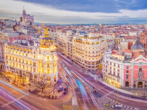 Madrid, capital de España, fotografiada de noche.