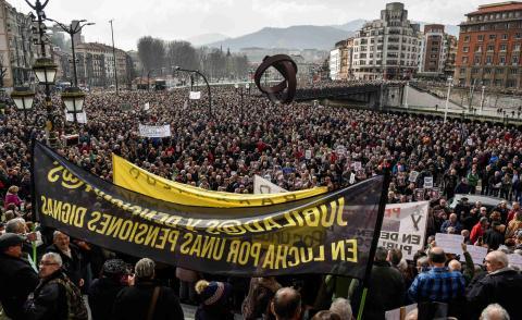 Miles de jubilados y pensionistas,convicados por la plataforma de asociaciones de jubilados, viudas y pensionistas de Bizkaia ,se han manifestado este jueves 22 de febrero por las calles de Bilbao (Vizcaya).