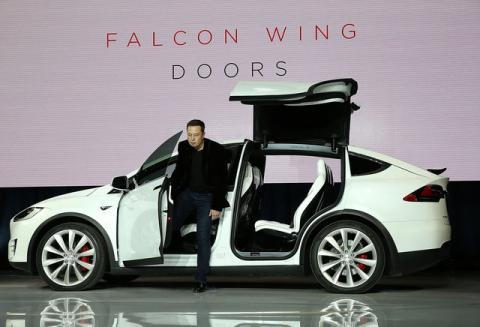 Model X de Tesla, con Elon Musk