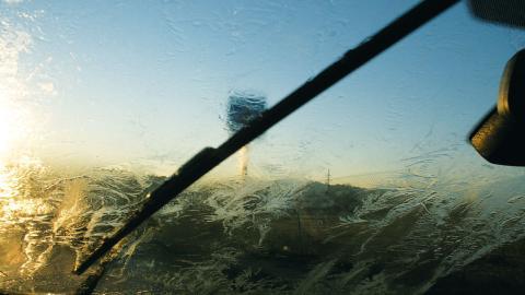 movilidad invernal: parabrisas congelado