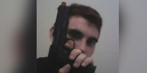 Nikolas Cruz posa junto con una supuesta pistola de juguete.