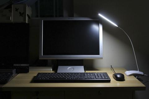 Ordenador bajo la luz de una lámpara