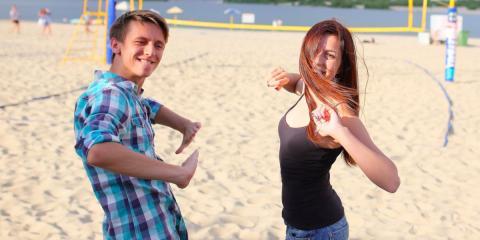 Pareja baila en la playa