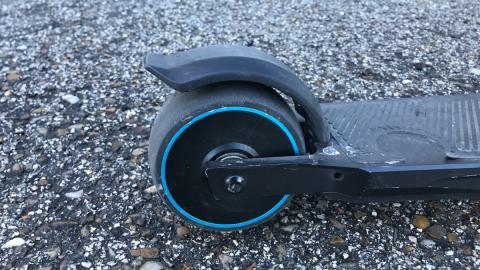 El motor va dentro de la rueda, que además aplica algo de fuerza de frenado.