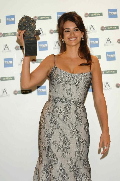 Penelope Cruz con el Goya por Volver en 2006