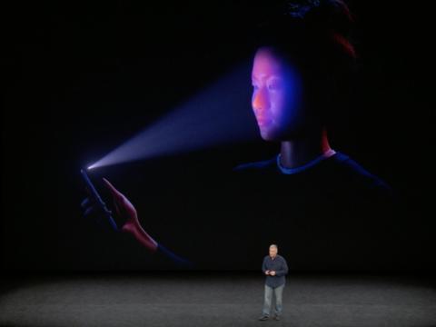 El vicepresidente senior de marketing mundial de Apple, Phil Schiller, presenta el Face ID del iPhone X.