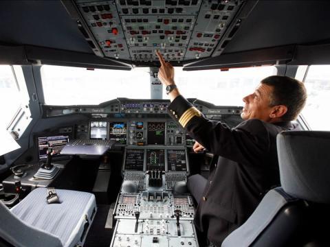 piloto en la cabina de un avion