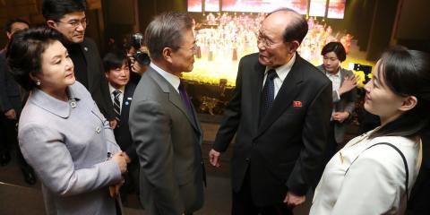El presidente surcoreano Moon Jae-in –situado en el centro– conversa con el presidente honorífico de Corea del Norte, Kim Yong Nam, y la hermana del líder del país, Kim Yo Jong (situada a la derecha).