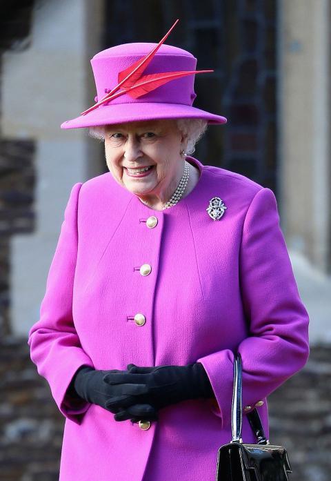 La reina Isabel II también se decanta por el bolso de mano.