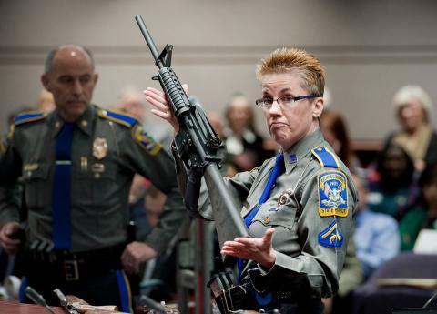 El rifle Bushmaster AR-15, que sostiene la detective Barbara J. Mattson, es de la misma marca y modelo de arma usada en el tiroteo de la Escuela Sandy Hook.