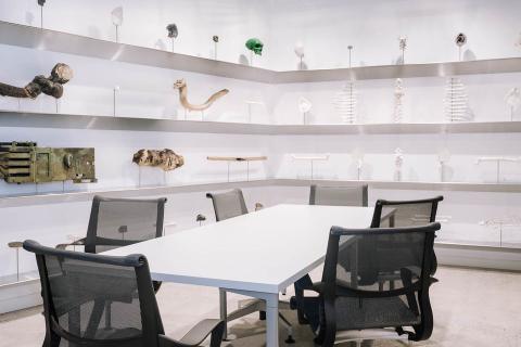 Sala de reunión del Bloomberg Center diseñada con objetos de los 90
