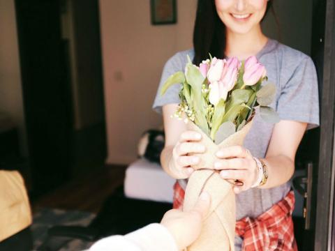 Una persona recibe flores en el día de San Valentín