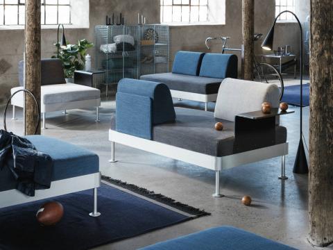 Sofás enfrentados y con mesa auxiliar incorporada, de la línea Delaktig, de Ikea.