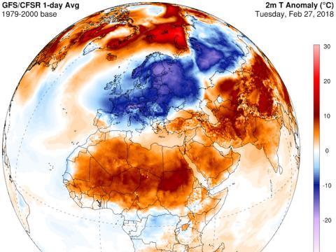 De acuerdo con este mapa, parte de las temperaturas europeas están alcanzando los 20 grados centígrados por debajo de la media, mientras que las regiones árticas se sitúan en torno a los 20 grados centígrados por encima de la media.