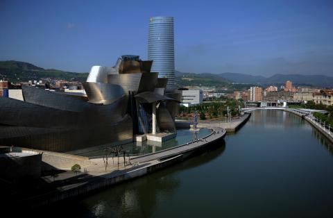 Torre Iberdrola en Bilbao detrás del museo Guggenheim.