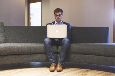 Trabajador sentado en sofá