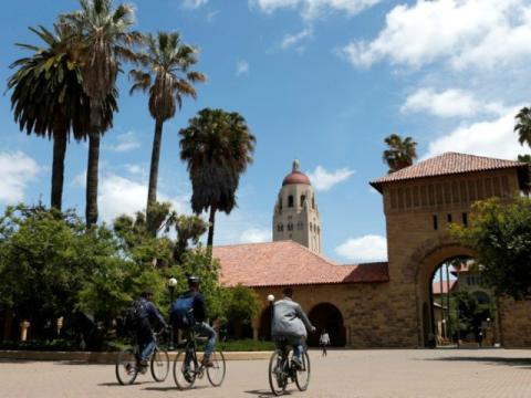 Unas personas circulan en bici por el patio principal del campus de la Universidad de Stanford (EE. UU.).